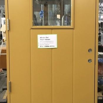 dB-dörr gul med färgsläpp på glaslist